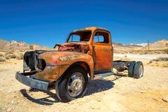 老农厂卡车在鬼城离开在沙漠 免版税库存图片