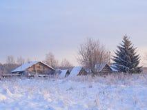 老农厂房子冬天视图  库存图片