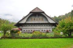 老农厂房子在Ballenberg,瑞士露天博物馆在布里恩茨 免版税库存图片