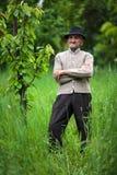 老农夫在他的果树园 库存图片