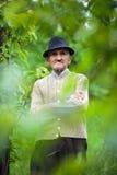 老农夫在他的果树园 免版税库存图片