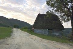 老农夫` s木房子在特兰西瓦尼亚,晨曲,罗马尼亚 图库摄影