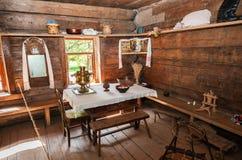 老农村木房子内部在木建筑学博物馆  免版税库存照片
