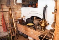老农村木房子内部在木建筑学博物馆  免版税库存图片