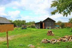 老农村木房子在俄国村庄在夏天晴天 标志 免版税图库摄影