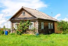 老农村木房子在俄国村庄在晴天 库存照片