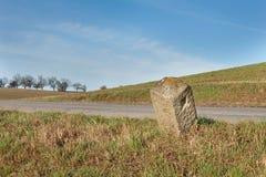老农村柏油路在捷克 花岗岩路系船柱 农业横向 免版税图库摄影