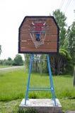 老农村篮球篮蓝球板 库存照片