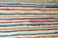 老农村被编织的条纹地毯 库存图片