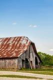 老减少木头谷仓 库存照片