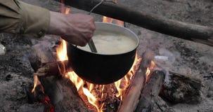 老减速火箭的汤准备的阵营平底深锅煮沸的水在森林火焰火篝火的火夏天晚上 影视素材