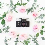 老减速火箭的照相机和玫瑰花卉框架与玉树的在白色背景分支 平的位置,顶视图 免版税库存照片