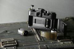 老减速火箭的照相机和35 mm 库存照片