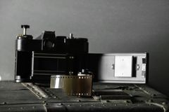 老减速火箭的照相机和35 mm 免版税库存照片