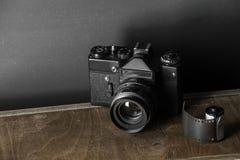 老减速火箭的照相机和35 mm 免版税库存图片