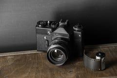 老减速火箭的照相机和35 mm 库存图片