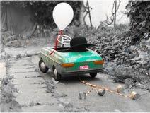 老减速火箭的玩具汽车,作为为de做的结婚的汽车心情图片 免版税库存照片