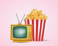 老减速火箭的电视用在被剥离的管包裹的玉米花 免版税库存照片