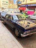 老减速火箭的经典汽车雪佛兰因帕拉在城市街道上的SS正面图1965年 汽车详述 免版税库存照片