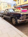 老减速火箭的经典汽车雪佛兰因帕拉在城市街道上的SS正面图1965年 汽车详述 库存照片