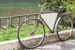 老减速火箭的自行车广告 免版税库存照片