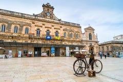 老刀子研磨机自行车和大广场在奥斯图尼,意大利 免版税库存照片