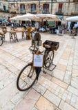 老刀子研磨机自行车和大广场在奥斯图尼,意大利 库存照片
