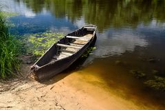 老划艇栓与链子和挂锁在绿色夏天开户 免版税库存照片