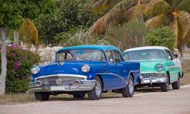 老别克和雪佛兰在古巴 免版税库存照片