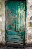 老削皮绿色木门 库存照片