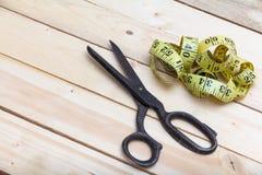 老剪刀和裁缝米在木背景 库存图片