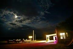 老加油站在夜之前 库存图片