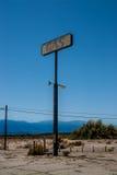 老加油站标志索尔顿湖,加利福尼亚 免版税库存照片