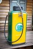 老加油站泵浦 葡萄酒燃料分配器,在加油站的室外老加油站 免版税库存图片