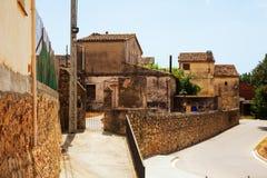 老加泰罗尼亚的村庄美丽如画的看法  库存照片
