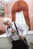 老化音乐家播放单簧管 库存照片