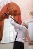 老化音乐家播放单簧管 免版税库存图片