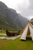 老北欧海盗小船和帐篷 免版税库存图片