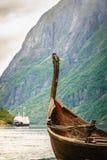 老北欧海盗小船和渡轮在挪威海湾 免版税库存照片