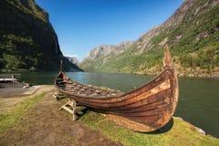 老北欧海盗小船在Flam,挪威附近的Gudvangen村庄 库存照片