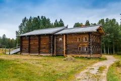 老北部俄国农厂房子 免版税库存照片
