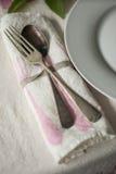 老匙子和叉子在滚动的餐巾 库存照片