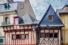 老半木料半灰泥的五颜六色的房子在瓦讷,布里坦尼(不列塔尼) 图库摄影