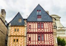 老半木料半灰泥的五颜六色的房子在瓦讷,布里坦尼(不列塔尼) 免版税库存图片