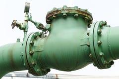 老单向阀和铁锈在石油化工厂 免版税库存照片