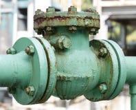 老单向阀和铁锈在石油化工厂 库存图片