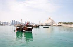 老单桅三角帆船港口在多哈Corniche,卡塔尔 免版税库存图片