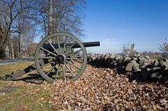 老南北战争大炮在秋天 库存图片