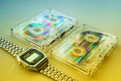 老卡型盒式录音机和手表 免版税库存图片