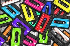 老卡型盒式录音机 多彩多姿的录音磁带 关闭上色百合软的查阅水 老音乐的概念 减速火箭的盒式磁带的大收藏量 图库摄影